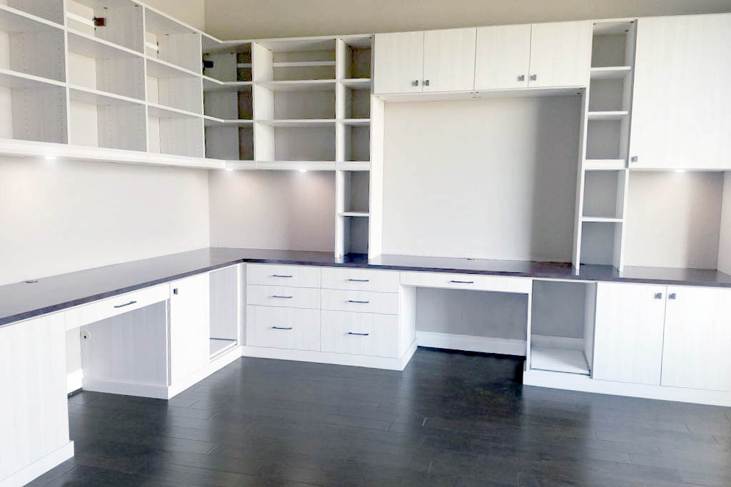Custom home office by SpaceManager Closets